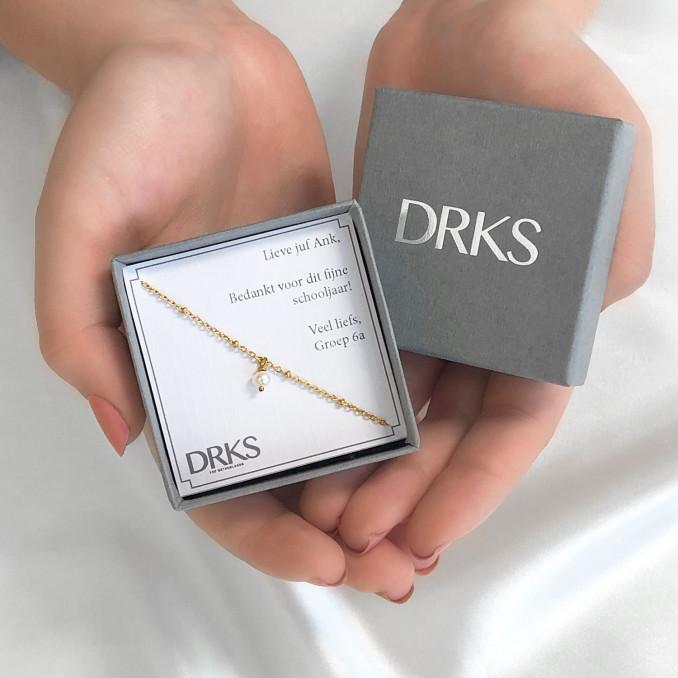 Armband pareltje in een sieradendoosje