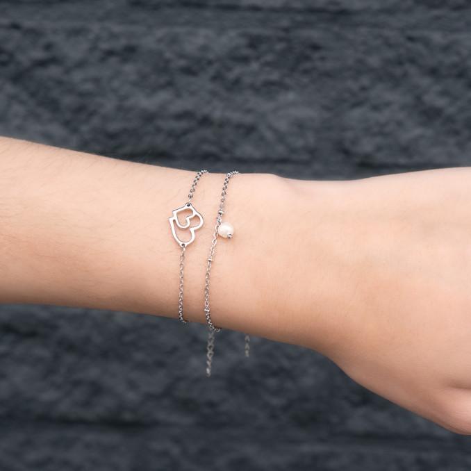 Minimalistische armband met parel om de pols