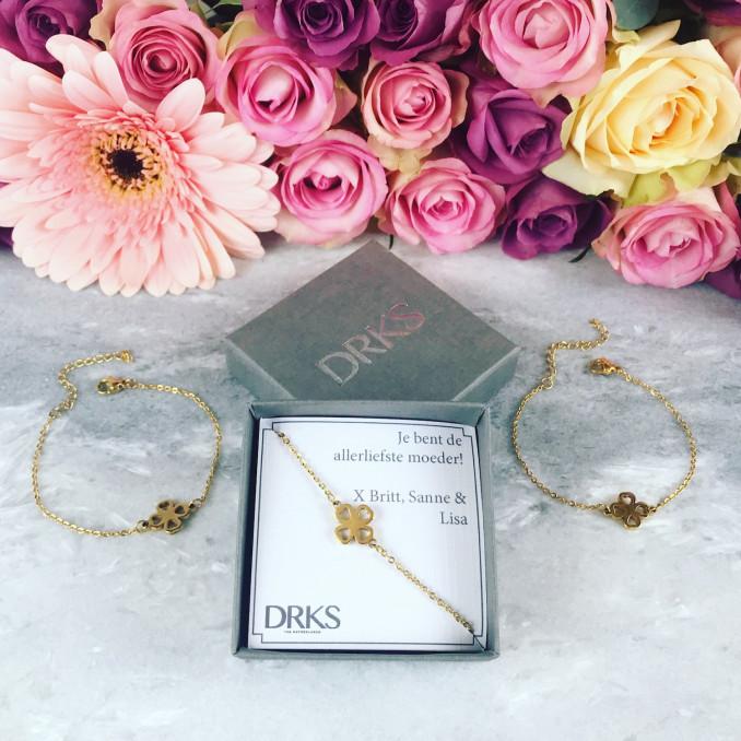 gouden armbandjes met clover in doosje