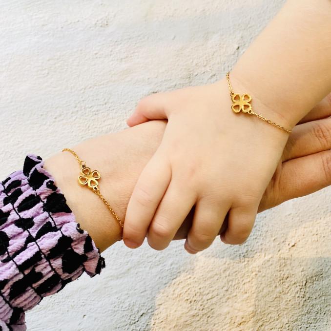 moeder en dochter met rose goud armbanden van edelstaal