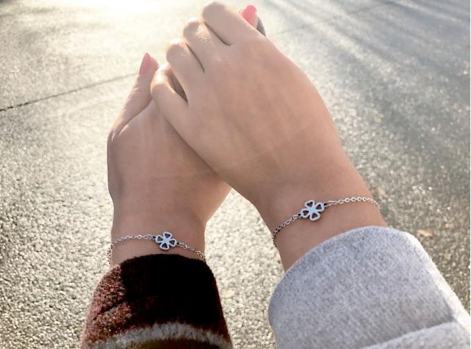 Een moeder en dochter met matchende armbandjes in zilver