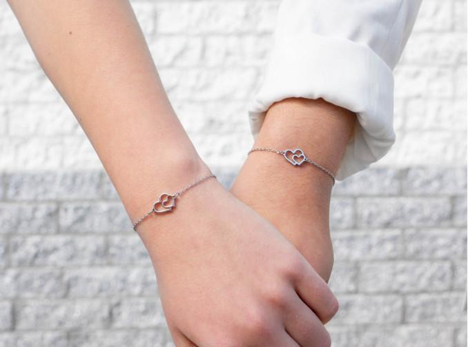Moeder en dochter met dubbele hart armbandjes zilver