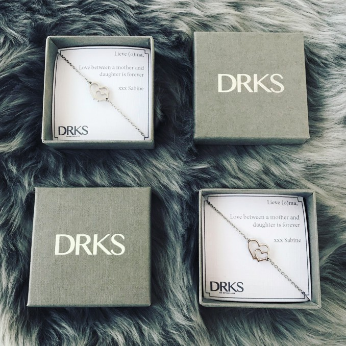 Zilveren armbandjes met dubbel hart in sieradendoosjes met persoonlijke tekst