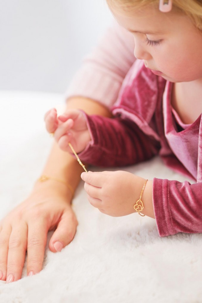 Moeder en dochter armband om de pols met een complete look