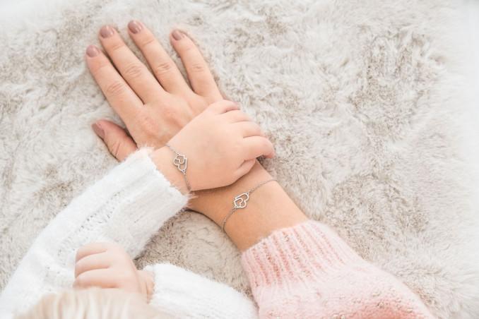 Moeder en dochter met dubbel hart armbandjes