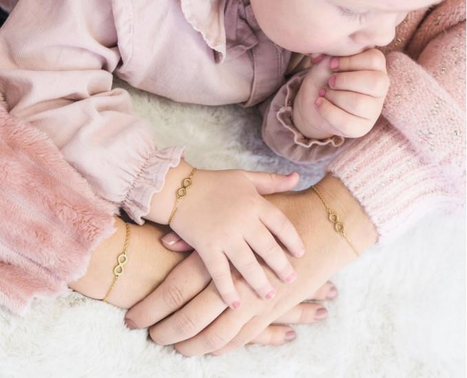 Gouden moeder dochter armband om de pols voor een complete look