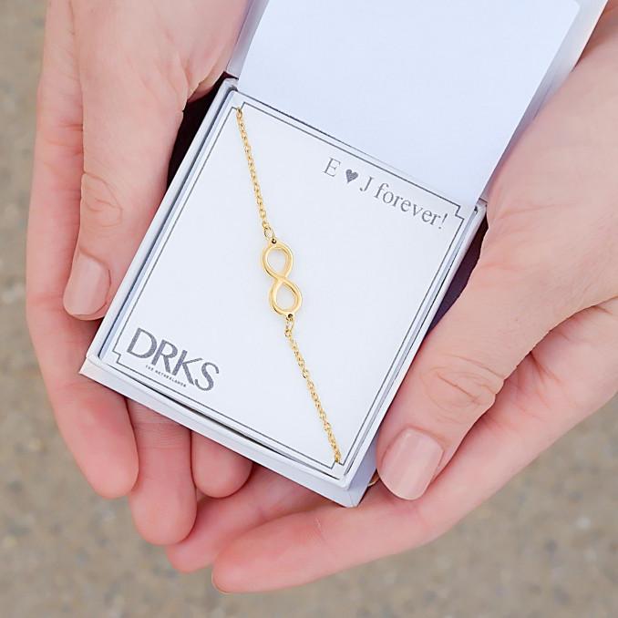 Gouden infinity armbandje in sieradendoosje met persoonlijke tekst