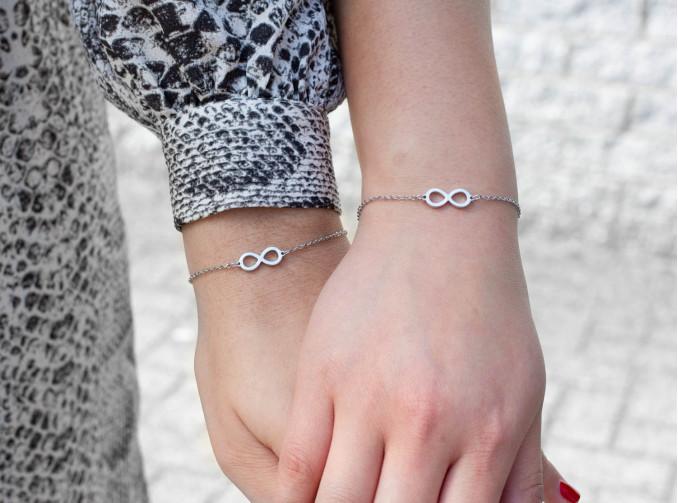 Moeder en dochter met Infinity armbandjes zilver