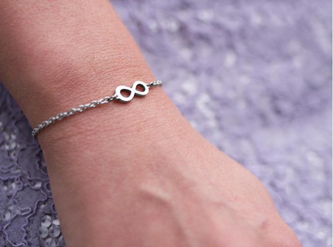 Vrouw draagt stainless steel armband in het zilver