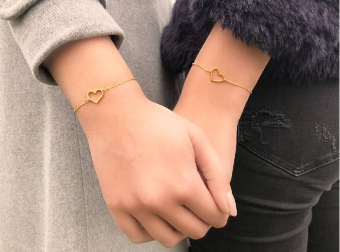 twee meisjes met gouden armbandje met hartje