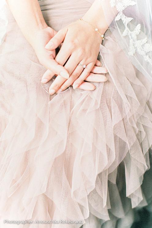Vrouw draagt de Belle Gold armband met echte zoetwaterparels