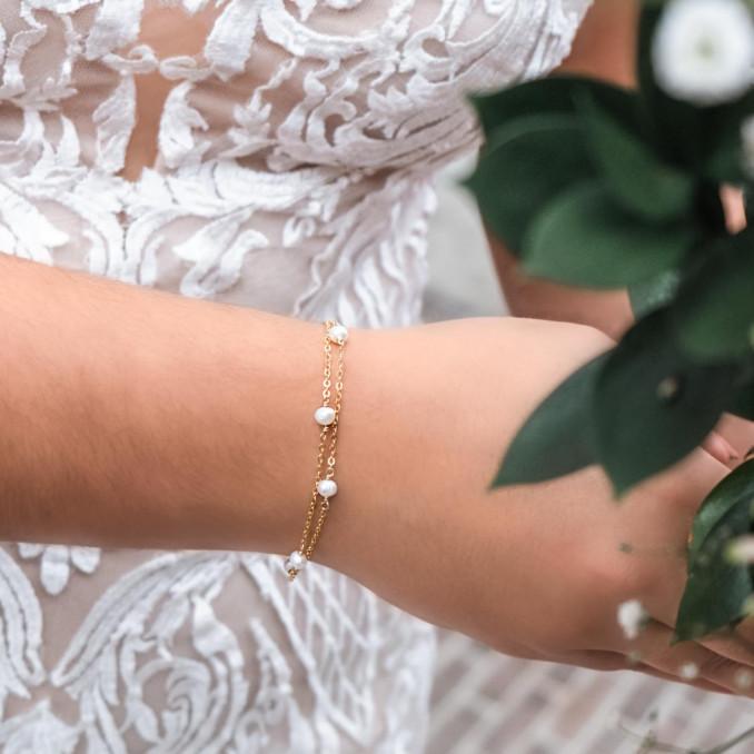 Minimalistische parel armband om de pols voor een complete look