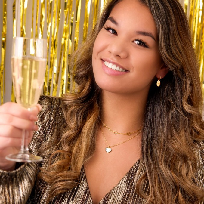 Gouden sieraden look bij meisje met bruin haar