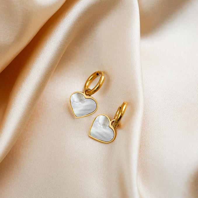 Gouden sea shell hartjes oorbellen op satijn