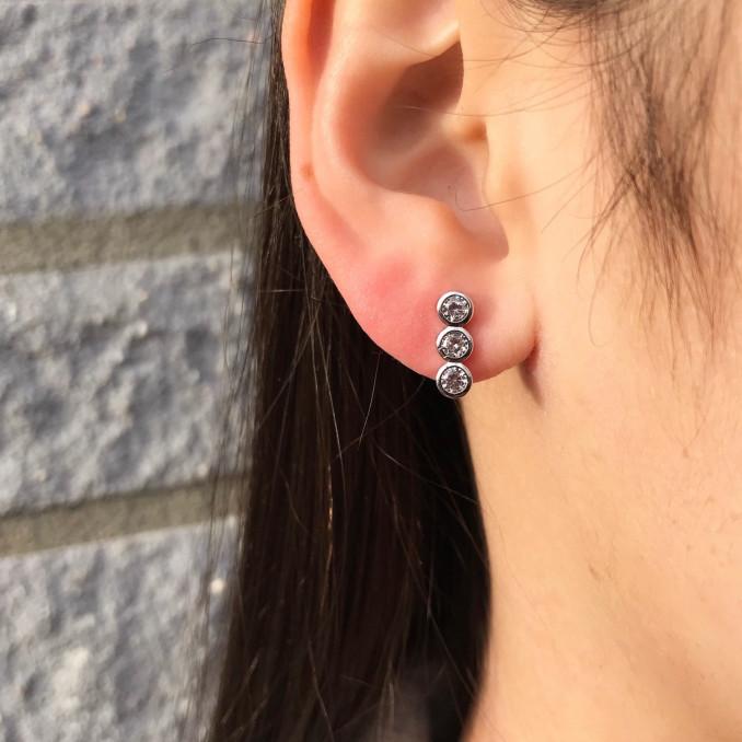 Bruid draagt glinsterende bar oorbellen