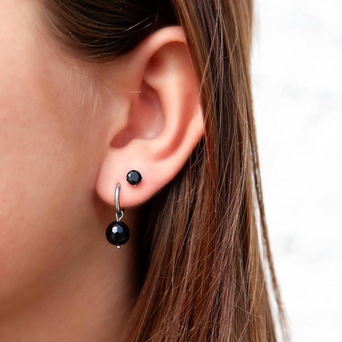 Mooie oorbellen met hangertje in de oren met studs