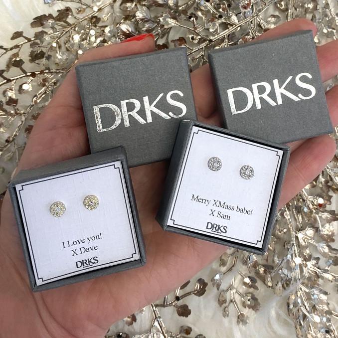 Sterling zilveren oorknopjes in een sieradendoosje met persoonlijke tekst