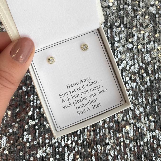 Gouden sterling zilver oorknopjes in een een sieradendoosje