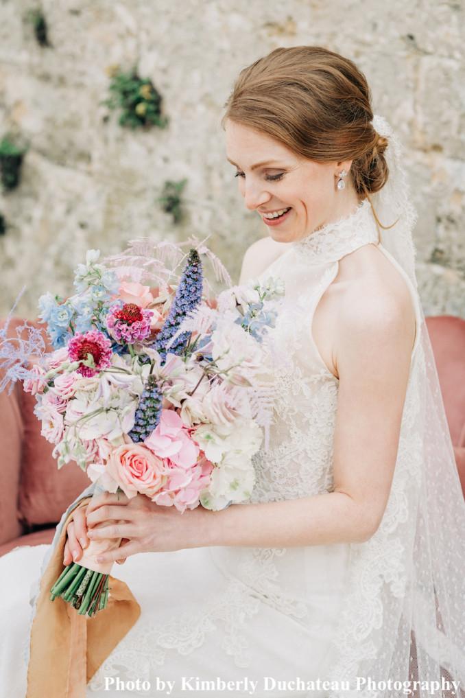 Bruid draagt drks oorbellen voor bruiloft