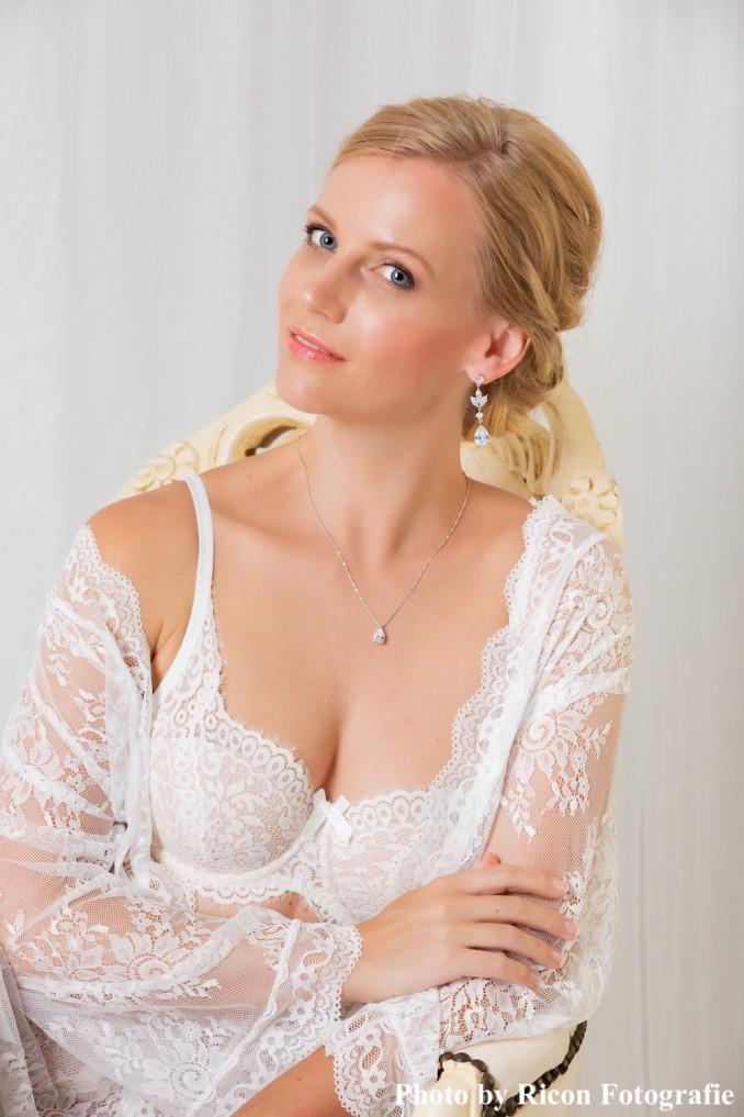 bruid draagt drks sieraden tijdens boudoir shoot
