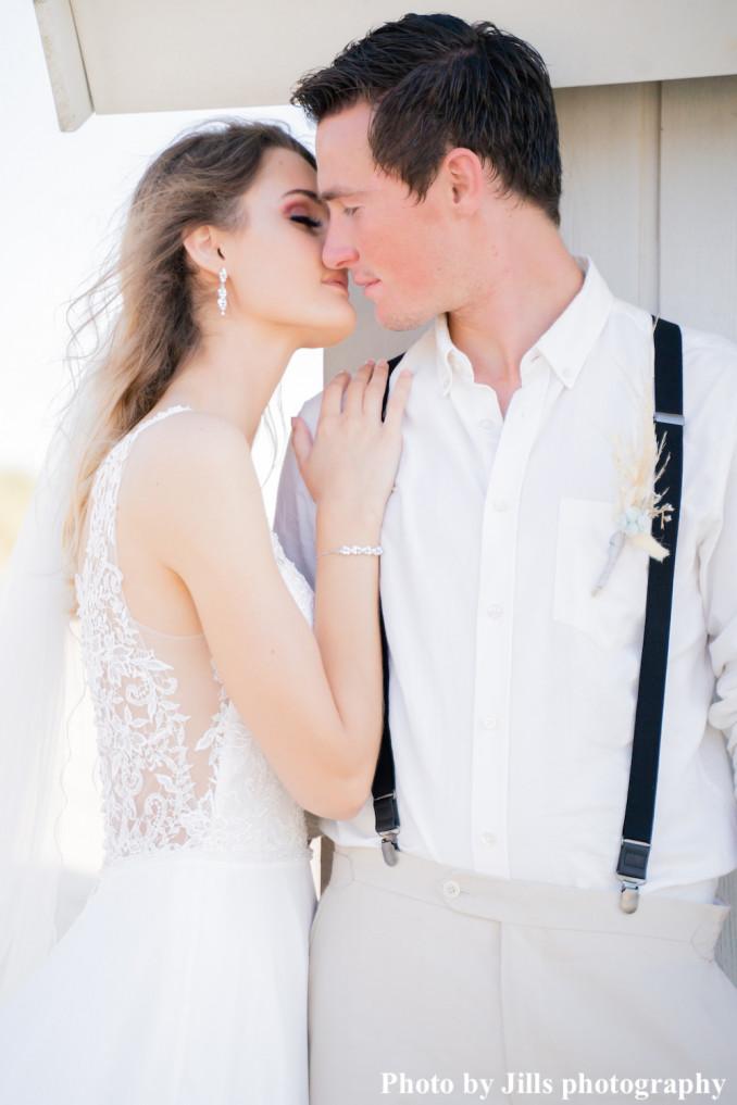 Bruid draagt sparkle armband en oorbellen voor bruiloft