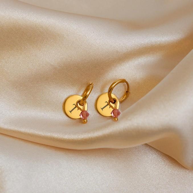 Gouden swarovski geboortesteen oorbellen op satijn