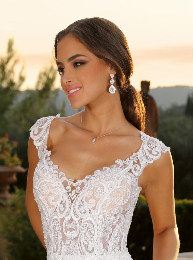 De bruid heeft een mooie sieraden set om