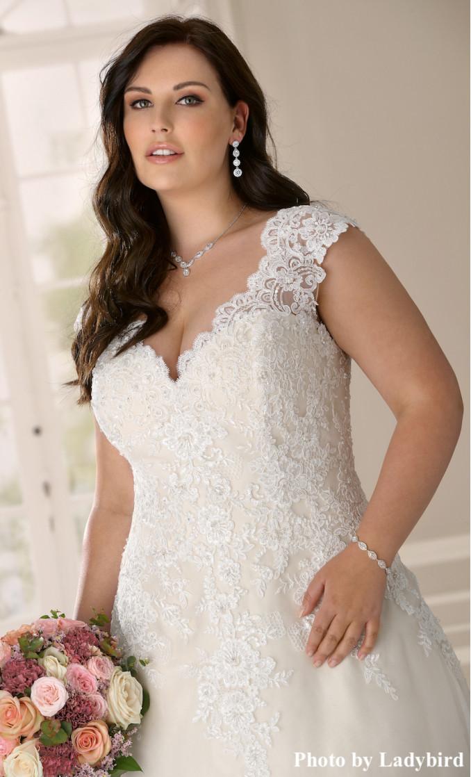 Bruid draagt drks armband voor bruiloft