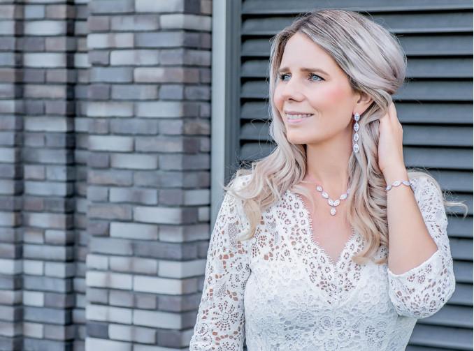 Blonde bruid draagt sparkle sieraden drks
