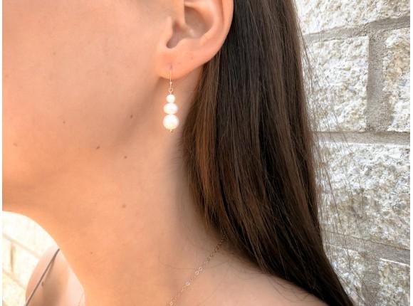 Prachtige rose gouden oorbellen met drie zoetwaterparels