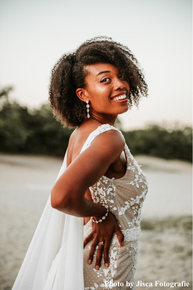 Bruid draagt rose gouden sieradenset drks