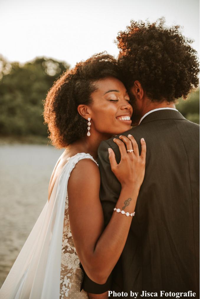 Bruid draagt rose gouden sieradenset