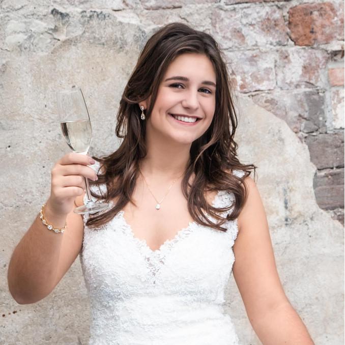 Bruid draagt mooie gouden sieraden voor haar bruidsdag