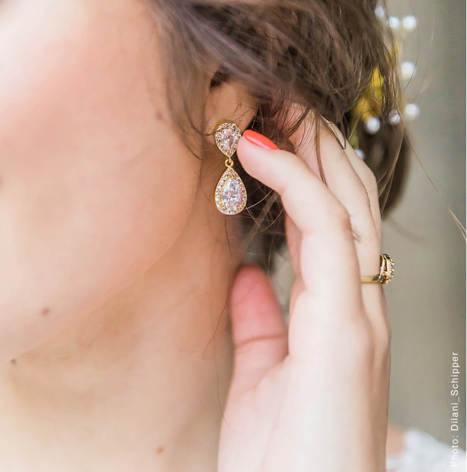 gouden hangende oorbellen van drks met kristallen druppel vorm