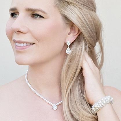 vrouw met bruidssieraden parels en kristallen zilver