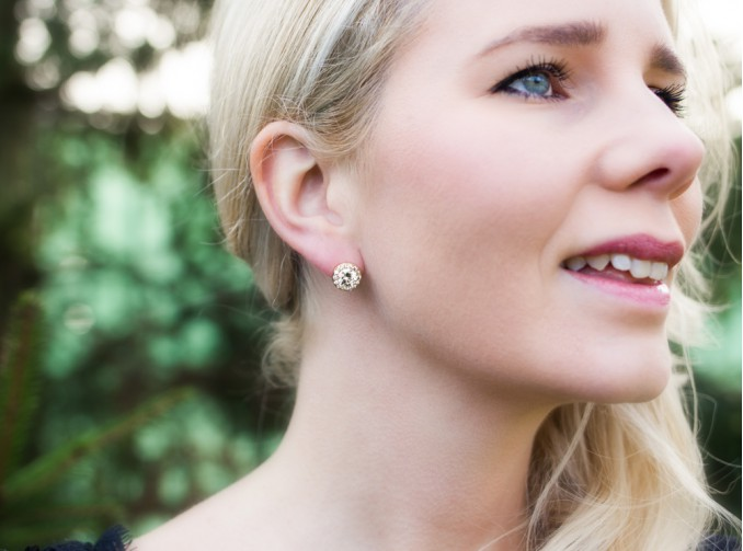 Vrouw draagt gouden stud oorbellen
