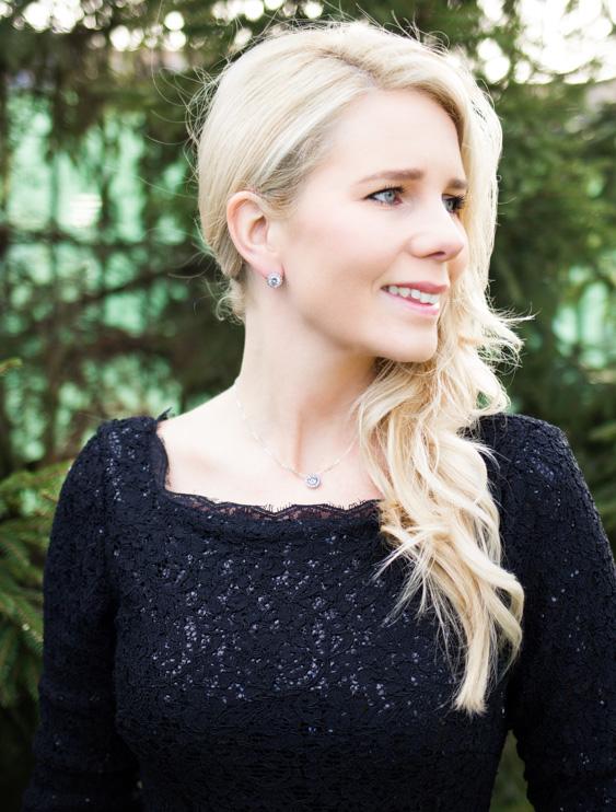 Vrouw draagt daily luxury oorbellen studs