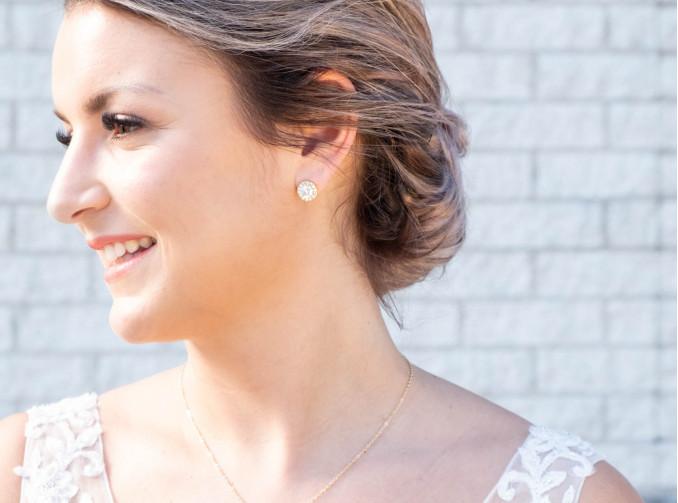 Gouden oorbellen bij mooie bruid