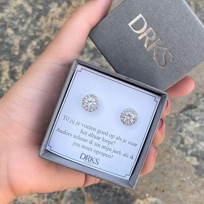 zilveren oorbellen in een sieradendoosje met een persoonlijke tekst