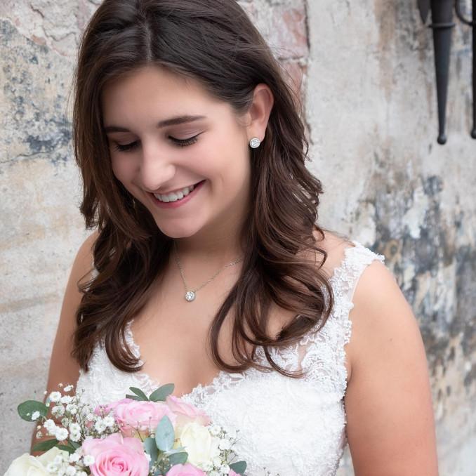 Vrouw draagt mooie daily luxury sieraden set voor een complete look