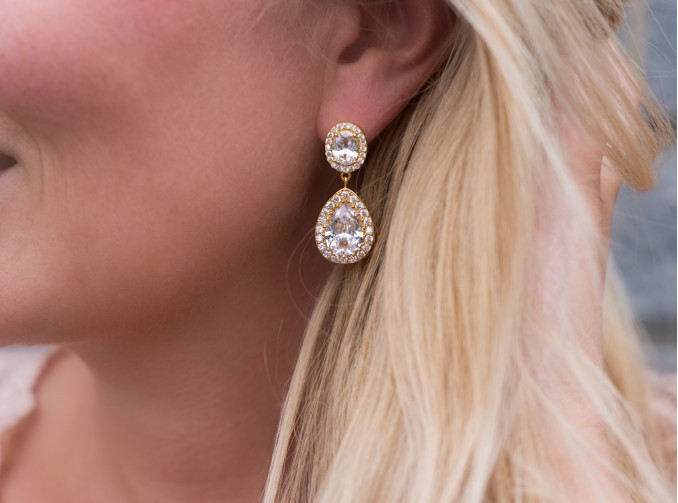 Mooie gouden oorbellen met hanger voor de bruiloft