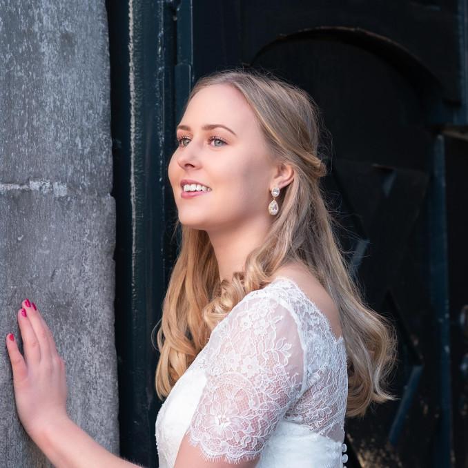 Vrouw draagt een complete look voor haar bruiloft