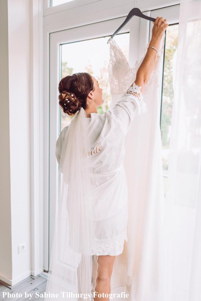 Bruid draagt kimono met kant in de kleur wit