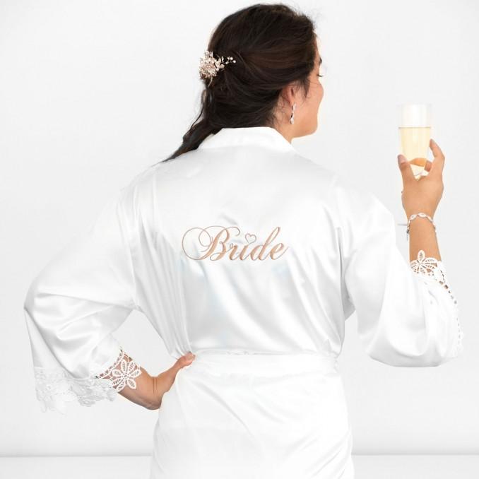 Vrouw draagt bruidskimono voordat ze gaat trouwen