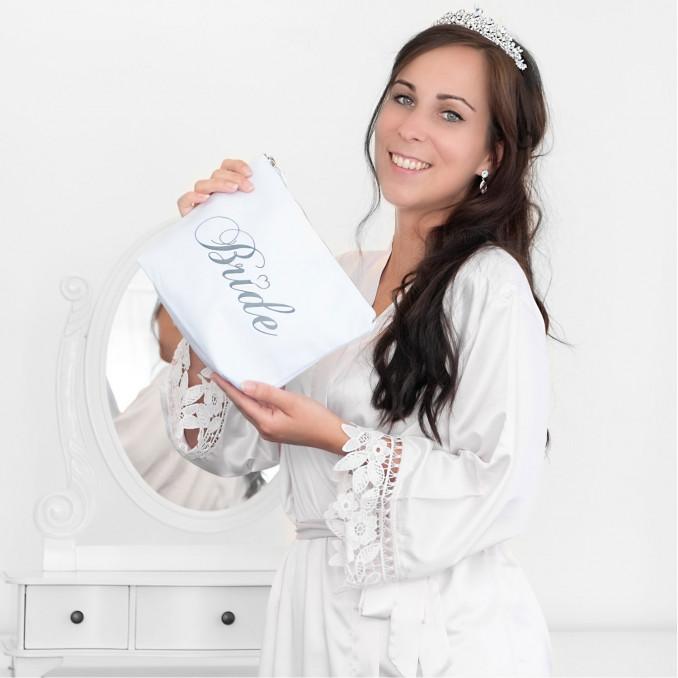 Bruid draagt de Kimono met toilettas en kroon