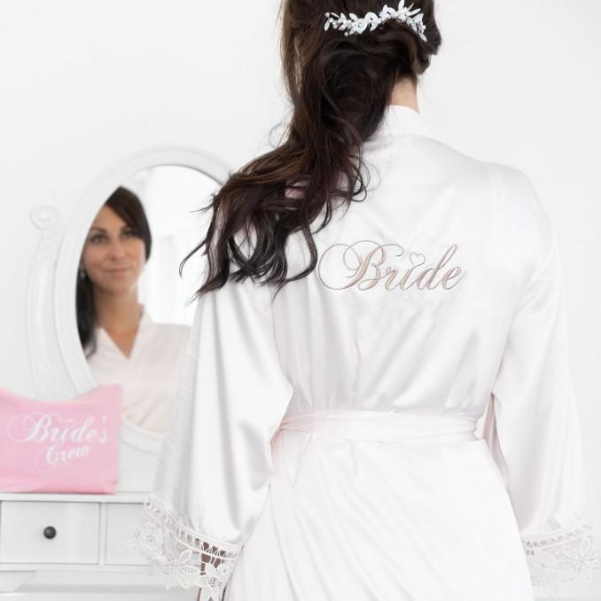Bruidskimono bij vrouw die gaat klaar maken voor haar bruiloft