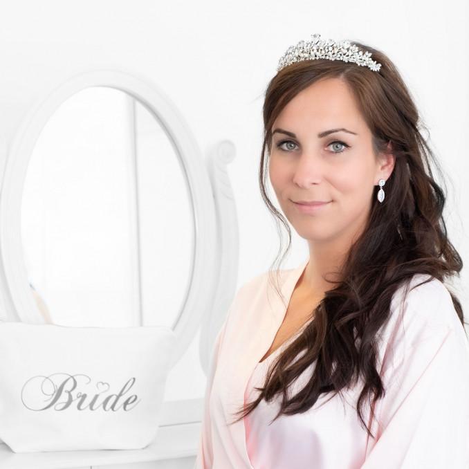 Bruid draagt haaraccessoire met tiara voor de bruid