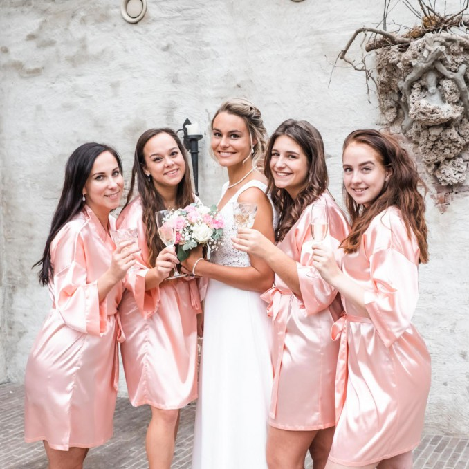 Mooie roze kimonos voor de bruidsmeisjes om te kopen