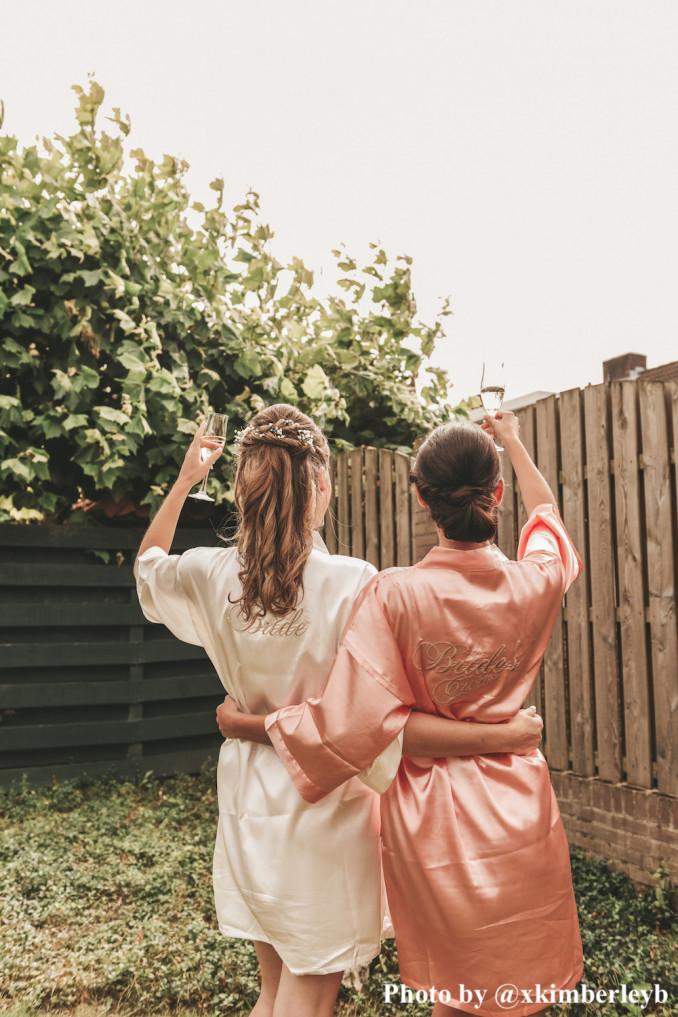 Bruid en bride's crew dragen kimono's van drks
