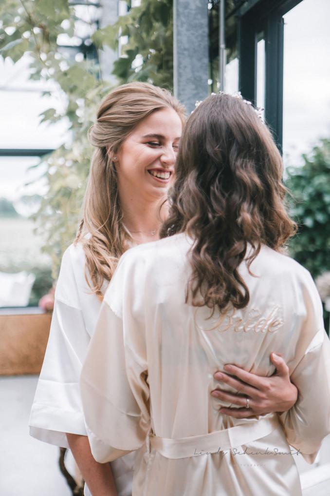 Bruid draagt bride kimono in champagne kleur